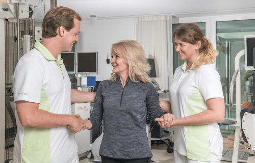в cereneo пациент окружен врачами и терапевтами