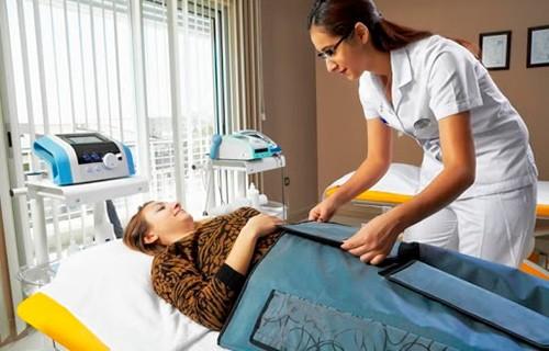 Медсестра ухаживает за пациентом центра Нобель