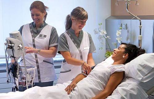 Персонал клиники заботится о пациентах в госпитале  Наварры в Мадриде